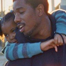 Fruitvale Station: Michael B. Jordan in una scena con la piccola Ariana Neal