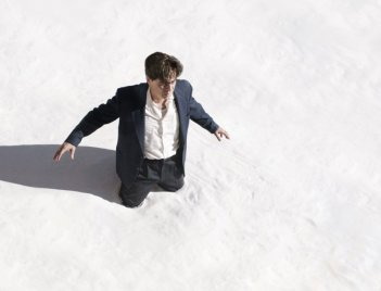 Jimmy P. (Psychotherapy of a Plains Indian) : Benicio Del Toro in una scena del film