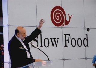 Slow Food Story: Carlo Petrini durante un convegno in una scena del documentario