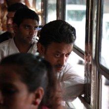 The Lunchbox: Irrfan Khan in autobus in una scena