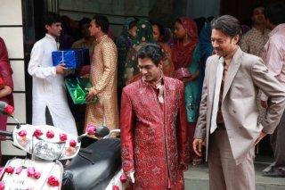 The Lunchbox: Irrfan Khan insieme a Nawazuddin Siddiqui in una scena del film