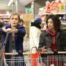 Una mamma imperfetta: Lucia Mascino e Alessia Barela in una scena del film al supermercato