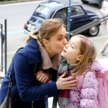 Una mamma imperfetta: Lucia Mascino nei panni di Chiara bacia la sua bambina prima della scuola