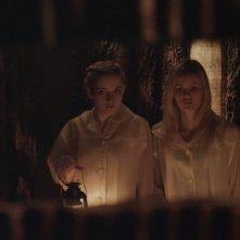 We Are What We Are: Julia Garner e Ambyr Childers nei panni delle sorelle Parker in una scena del film