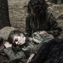 Il trono di spade: Thomas Sangster ed Ellie Kendrick in una scena dell'episodio The Climb