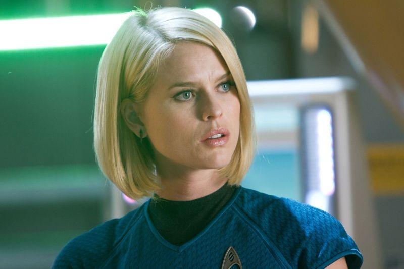 Alice Eve in una scena di Into Darkness - Star Trek