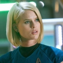 Alice Eve in una scena di Into Darkness - Star Trek