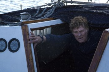 All Is Lost: Robert Redford nel mezzo di una tempesta in una scena del film