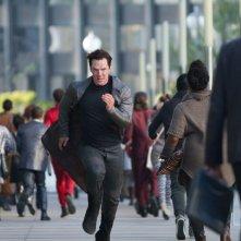 Benedict Cumberbatch in una scena d'azione di Into Darkness - Star Trek