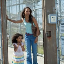 Blood ties: Zoe Saldana in una scena del thriller con la piccola Mirabelle Lee