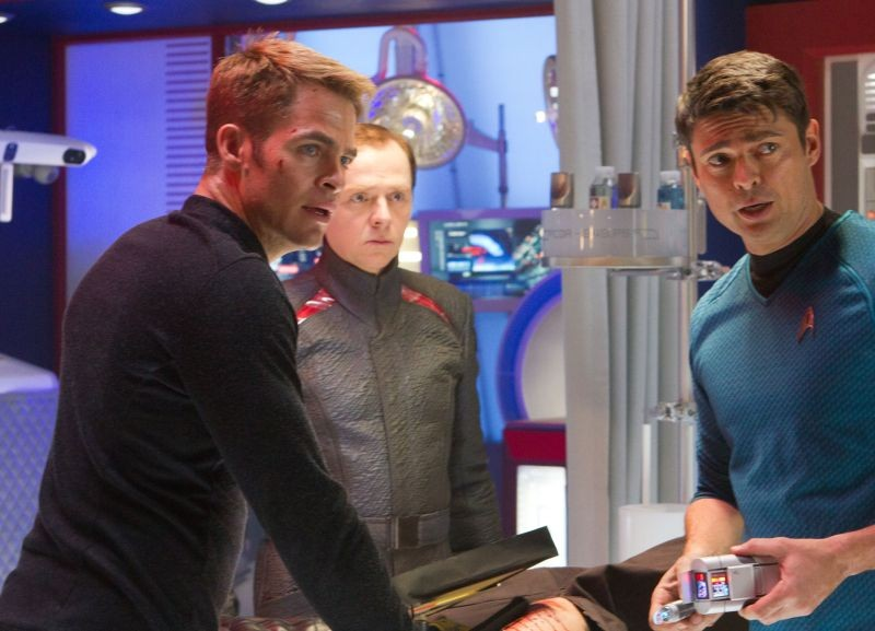 Chris Pine in una scena di Into Darkness - Star Trek con Simon Pegg e Karl Urban