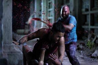 Eli Roth (al centro) in una drammatica scena di Aftershock