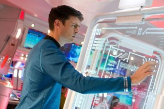 Karl Urban in una scena di Into Darkness - Star Trek nei panni di Bones