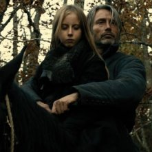 Mads Mikkelsen e Mélusine Mayance in una scena di Michael Kohlhaas