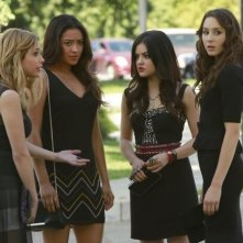 Pretty Little Liars: Ashley Benson, Troian Bellisario, Lucy Hale e Shay Mitchell in un'immagine della quarta stagione