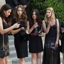 Pretty Little Liars: Janel Parrish, Ashley Benson, Troian Bellisario, Lucy Hale e Shay Mitchell in un'immagine della quarta stagione