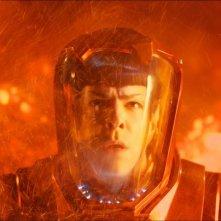 Zachary Quinto tra le fiamme in una scena di Into Darkness - Star Trek