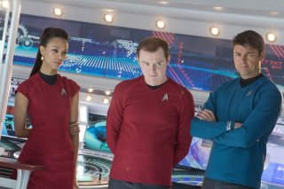 Zoe Saldana in una scena di Into Darkness - Star Trek con Simon Pegg e Karl Urban
