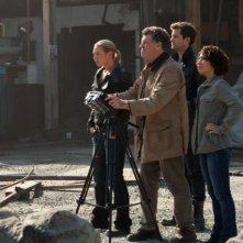 Fringe: Jasika Nicole, Anna Torv, John Noble e Joshua Jackson nell'episodio Five-Twenty-Ten