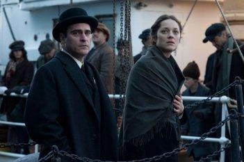 The Immigrant: Marion Cotillard con Joaquin Phoenix in una scena del film