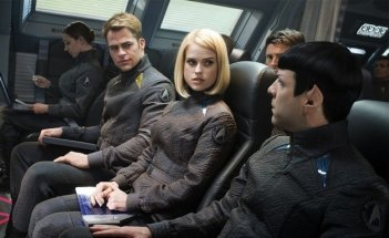 Zachary Quinto, Alice Eve e Chris Pine in una scena di Star Trek Into Darkness