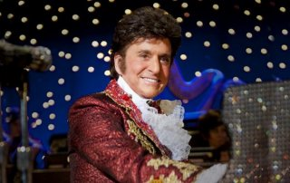 Behind the Candelabra: Michael Douglas sorridente in una scena del film