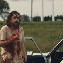 Blue Ruin: il protagonista Macon Blair insanguinato in una scena