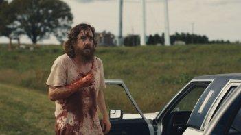 Blue Ruin: il protagonista Macon Blair insanguinato in una scena