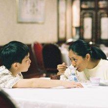 Ilo Ilo: Angeli Bayani insieme al piccolo Koh Jia Ler in una scena