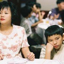 Ilo Ilo: Yeo Yann Yann insieme al piccolo protagonista Koh Jia Ler in una scena