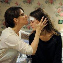 Jeune et jolie: Géraldine Pailhas bacia teneramente Marine Vacth in una scena