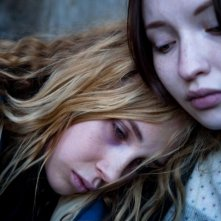 Magic Magic: Juno Temple con Emily Browning in una scena