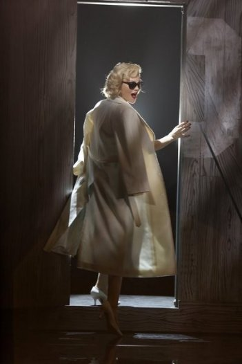 Smash: Katharine McPhee in una foto di scena dell'episodio On Broadway