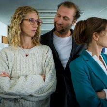 Tip Top:  Isabelle Huppert, Sandrine Kiberlain e François Damiens in una scena