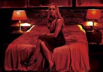 Una sensuale immagine di Kristin Scott Thomas in una scena di Only God Forgives