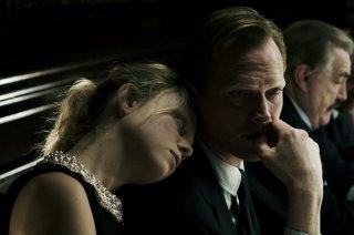 Blood: Paul Bettany insieme a Naomi Battrick in una scena del film