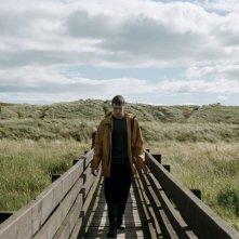 For Those in Peril: il protagonista George MacKay in una scena del film nei panni di un pescatore scozzese sopravvissuto ad un grave incidente in mare