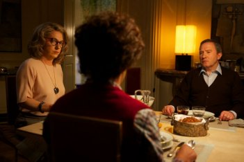 Les garçons et Guillaume, à table: Guillaume Gallienne in una scena nel doppio ruolo di madre e figlio insieme a André Marcon