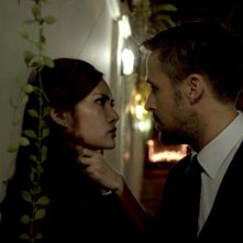 Rhatha Phongam in un faccia a faccia con Ryan Gosling in una scena di Only God Forgives