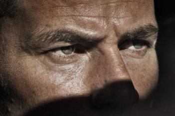 Salvo: lo sguardo di ghiaccio di Saleh Bakri in un'immagine del film