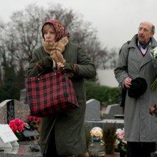 Bernadette Lafont in una scena del film Paulette insieme a André Penvern
