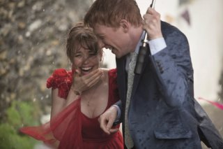Questione di tempo: gli sposi Domhnall Gleeson e Rachel McAdams ridono felici