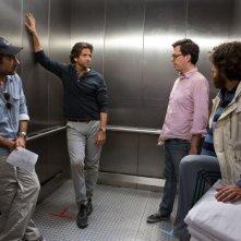 Una notte da leoni 3: il regista Todd Phillips sul set insieme a Ed Helms, Zach Galifianakis e Bradley Cooper in una scena del film