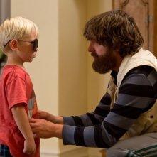 Una notte da leoni 3: Zach Galifianakis insieme al piccolo Carlos in una scena