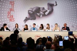 The Bling Ring: la regista Sofia Coppola insieme ai giovani attori del cast durante la conferenza stampa di Cannes