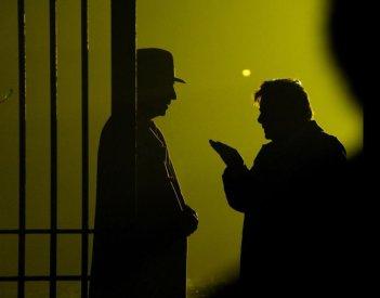 Ti ho cercata in tutti i necrologi: Giancarlo Giannini in penombra parla con F. Murray Abraham