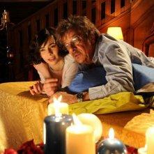 Ti ho cercata in tutti i necrologi: Silvia De Santis e Giancarlo Giannini in una romantica scena