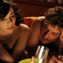 Ti ho cercata in tutti i necrologi: Silvia De Santis insieme a Giancarlo Giannini in una romantica scena