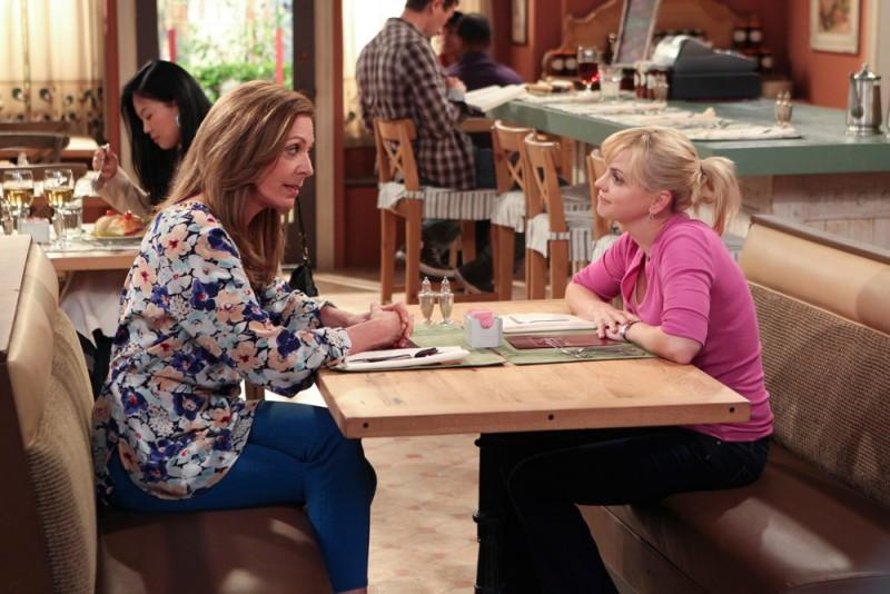 Un'immagine della serie televisiva Mom, con Anna Faris e Allison Janney