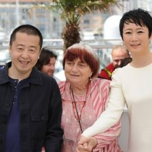 A Touch of Sin: il regista Jia Zhang-ke insieme all'attrice Tao Zhao e ad Agnès Varda durante il photocall di Cannes 2013